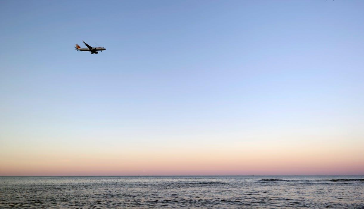 Flygplan vid kust